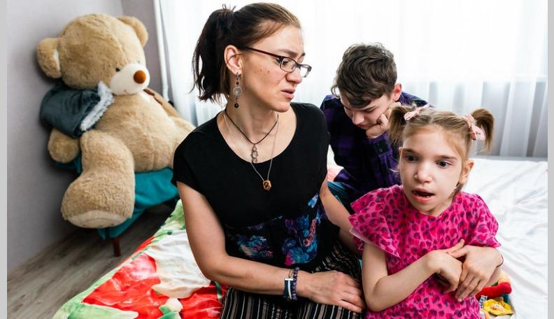 Trīs bērnu māmiņai nepieciešama palīdzība īpašo meitas un dēla ārstēšanai